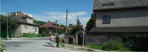 Rozbitý chodník v Rožňave